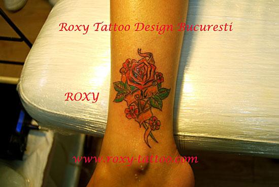 tranfafir tatuaje picior fete Roxy Tattoo Bucuresti