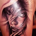 portret femeie tatuaje baieti