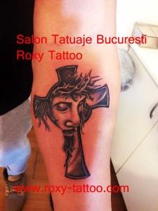 isus_cruce_in_roxy_tattoo