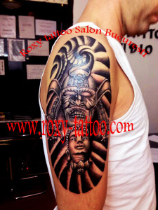 tatuaje pe mana masti egiptene baieti
