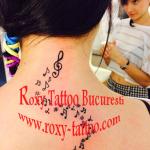 modele tatuaje fete gat note muzicale