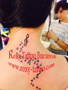 tatuaje note muzicale fete modele roxy tattoo