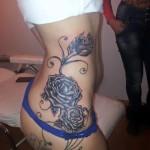 tatuaje trandafiri fete coapsa